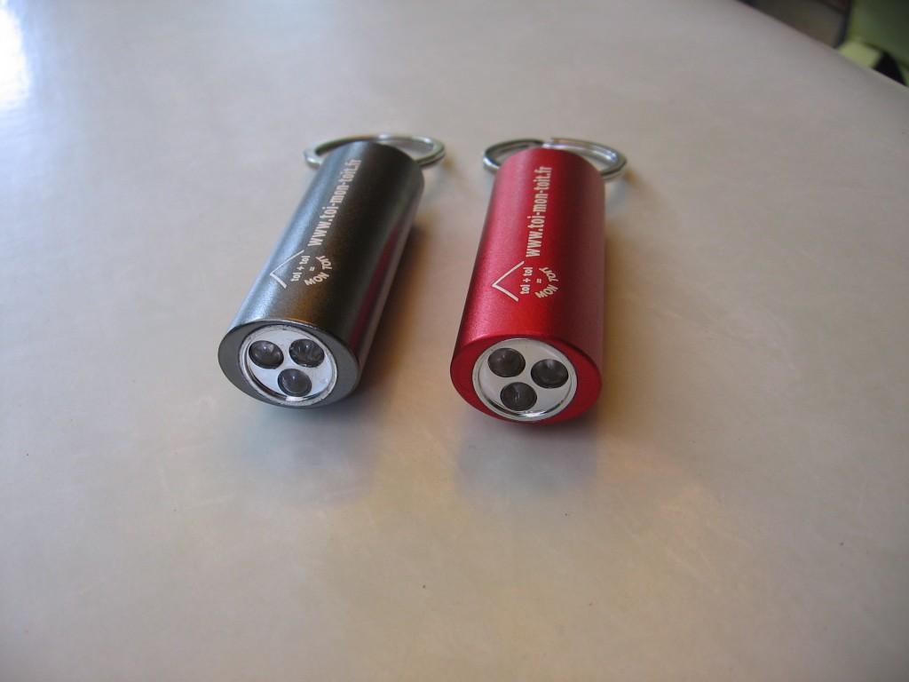 Lampe à led : 5 euros rouge ou grise